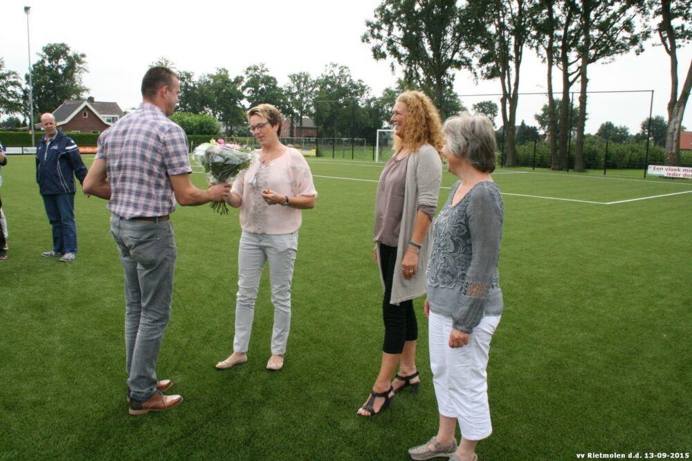 Initiator Rob Spikker feliciteert Marja Vrielink, Wendy van Bakel en Raymunda Borgelink met het gerealiseerde doel